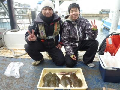 <p>和泉市の井原様・堺市の斧様(2人)沖の一文字北で、カレイ 31㎝まで9匹</p> <p>投げ釣り 餌青イソメ</p>