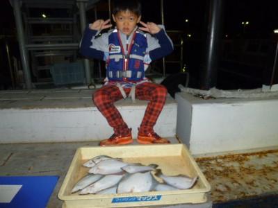 <p>堺市の青山 祥大くん、沖の一文字北で、カレイ 33㎝まで10匹</p> <p>投げ釣り 餌青イソメ</p>