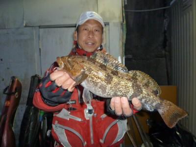 <p>和泉市の松原様、旧の一文字赤灯で、アイナメ 38㎝ 1匹</p> <p>ウキ釣り 餌シラサエビ</p>