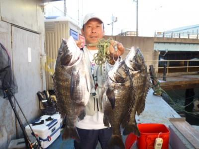 <p>和泉市の松原様、沖の一文字北で、チヌ 47.5㎝まで4匹</p> <p>フカセ釣り 餌オキアミ</p>