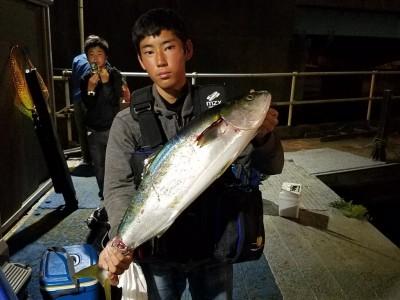 <p>岸和田市の小林様、沖の一文字北で、ブリ 81cm 1匹</p> <p>ルアー(ジグパラ)</p>