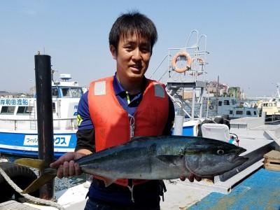 <p>岸和田市の宮畑様、沖の一文字北で、ブリ 89cm 1匹</p> <p>ルアー(バイブレーション)</p>