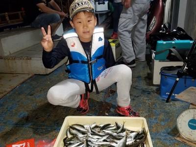 <p>八尾市の浅野翔一くん、沖の一文字北で、アジ・小サバ・イワシ 150匹</p> <p>サビキ釣り 餌アミエビ</p>