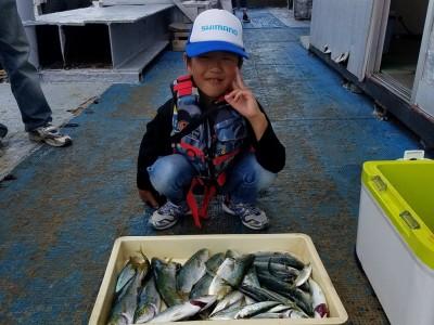 <p>八尾市の菊沢様、沖の一文字北で、ツバス 31cmまで18匹</p> <p>ルアー(ジグパラ・コアマー)</p>