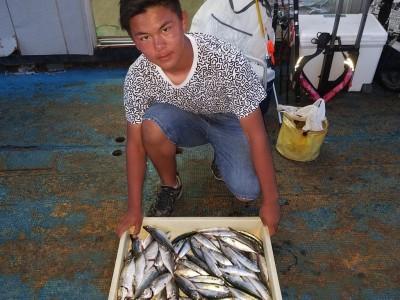 <p>泉大津市の堀田様、旧の一文字赤灯で、アジ 23cmまで20匹・サバ 22cmまで50匹</p> <p>サビキ釣り 餌アミエビ</p>