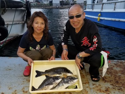 <p>東大阪市の西田秀明様・京子様(2人)沖の一文字北で、チヌ 46cmまで3匹</p> <p>落とし込み 餌イガイ</p>
