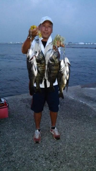 <p>和泉市の松原様、沖の一文字北で、チヌ 49.5cmまで10匹</p> <p>落とし込み 餌イガイ</p>