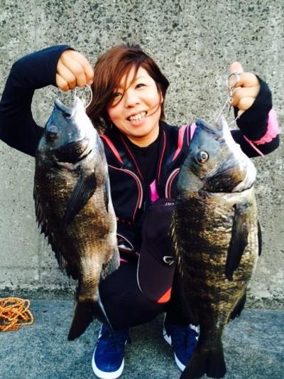<p>和泉市の松原美喜様、沖の一文字白灯で、チヌ 47cmまで2匹</p> <p>落とし込み 餌イガイ</p>