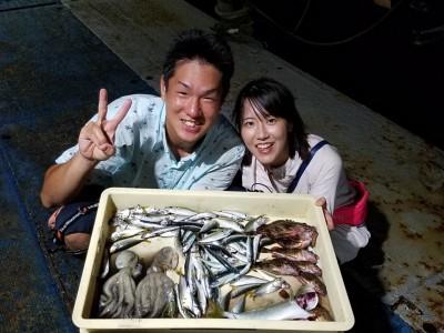 <p>大阪市の入江様、沖の一文字北で、豆アジ・小サバ・イワシ 70匹前後・タコ 350gまで2匹・ガシラ 21cmまで7匹・ツバス 30cm前後 1匹</p>