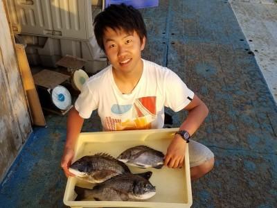 <p>京都市の岡井健登様、旧の一文字赤灯で、チヌ 41cmまで3匹</p> <p>フカセ釣り 餌練り餌</p>