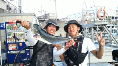 <p>岸和田市の今田様、沖の一文字北で、シイラ 72cm 1匹・サゴシ 40cm 1匹</p> <p>ルアー(メタルジグ)</p>