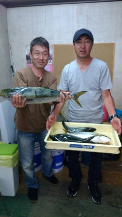 <p>大阪市の佐川様・長谷川様、沖の一文字北で、メジロ 68cm 1匹・ツバス 45cmまで4匹</p> <p>のませ釣り 餌アジ</p>