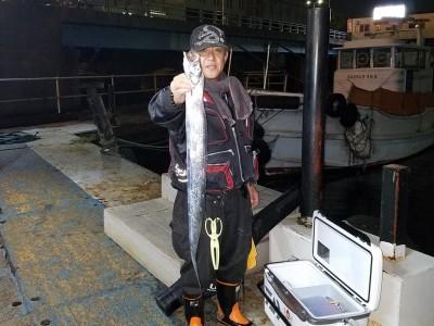 <p>東大阪市の平本様、沖の一文字白灯で、太刀魚 指4本半まで3匹</p> <p>引きずり 餌ドジョウ</p>