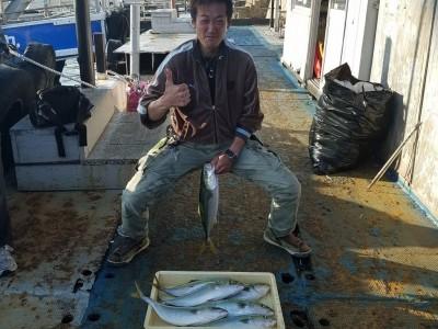 <p>東大阪市の大北様、沖の一文字北で、ハマチ 50cmまで7匹</p> <p>のませ釣り 餌アジ</p>