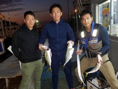 <p>高石市の吉本様(3人)沖の一文字北で、ハマチ 50cmまで3匹・ダツ 1匹</p> <p>のませ釣り 餌アジ</p>