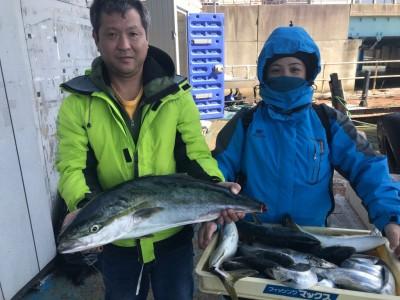 <p>大阪市の中島様、沖一文字北で</p> <p>ブリ80cmまで9匹・タチウオ10匹</p> <p>のませ釣り(活けアジ)</p>