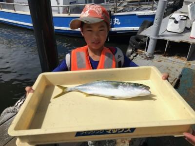<p>堺市のレン君、沖一文字北で</p> <p>ハマチ45cm1匹・太刀魚3匹</p> <p>のませ釣り(活けアジ)</p>