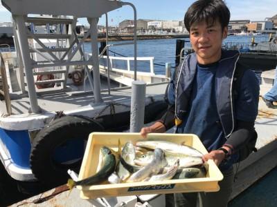 <p>吹田市の金井様、沖一文字北で</p> <p>ハマチ48cm5匹・太刀魚2匹</p> <p>のませ釣り(活けアジ)</p>