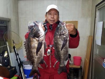 <p>和泉市の松原様、中波止3番で、チヌ 35~48.5cmまで5匹</p> <p>フカセ釣り 餌オキアミ</p>