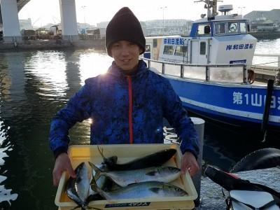 <p>堺市の福田尚輝様、沖の一文字北で、ハマチ 50cm前後まで5匹</p> <p>のませ釣り 餌アジ</p>