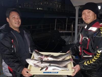 <p>河内長野市の千早赤阪村愉快な仲間たち、沖の一文字北で、スズキ 75cmまで2匹・ツバス 40cm前後 1匹</p> <p>のませ釣り 餌アジ</p>