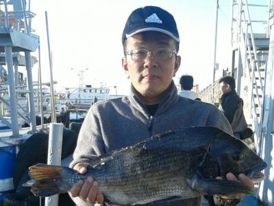 <p>高石市の小郷様、沖の一文字北で、チヌ 63cm 1匹</p> <p>のませ釣り 餌アジ</p>