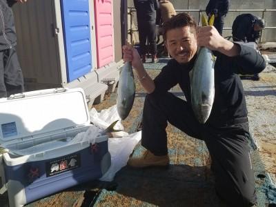 <p>釣魚反會の会長様、沖の一文字北で、ハマチ 50cmまで2匹</p> <p>のませ釣り 餌アジ</p>