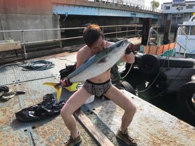 <p>東大阪市の大北様、沖一文字北で</p> <p>ブリ95cmまで1匹</p> <p>のませ釣り(活けアジ)</p>