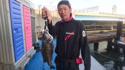 <p>篠原様 沖の南 紀州釣り 46cmの良型チヌGET!</p> <p>10:30頃HITされたようです。チヌダービーのご参加ありがとうございます!</p>