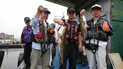 <p>沖の北 エビ撒き釣り 徳永様 ハネ 50.0cm   川原様 ハネ53.0cm ※真ん中の魚は今中会長の魚です</p>