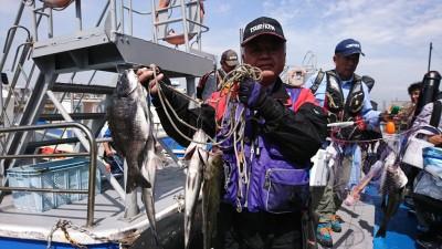 <p>ハネ研 今中会長様 沖の北 ハネ~46.5cm 3匹 チヌ38.5cm 先月80cmでダービートップだった今中会長様、今月もさらなる大物釣ってくださいね~♪</p>