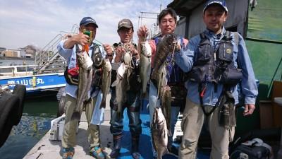 <p>ハネ研の皆様、今日も魚がずらっと並んでおります。釣りますね~。松山様 沖の北 エビ撒き釣り ハネ49.0cm  福山様 沖の北 エビ撒き釣り ハネ~45.0cm 2匹 チヌ~45.5cm 3匹  岩田様 沖の北 ハネ58.6cm 徳永様 沖の南 ハネ~65.0cm 2匹 いつも釣果ありがとうございます。</p>