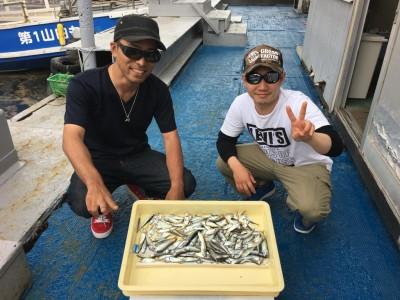 <p>松島様、蛭間様 沖の北 サビキ釣り 豆アジ多数・小サバまじり</p> <p>昨日に引き続き豆アジが大漁!!! 見えている豆アジはアミエビを撒くことなく釣れ続けていたようです。手軽にチャレンジできるサビキ釣りの季節がやっと到来した感じです。釣果写真へのご協力、ありがとうございます。今晩は南蛮漬けで食を楽しめますね♪</p>