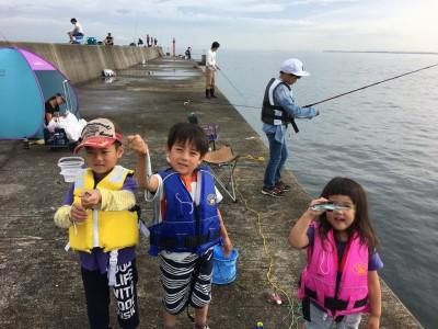 <p>沖の北 7:00最新釣果 小サバ</p> <p>ファミリーでお越しのお客様です。たくさん釣ってくださいね♪</p>