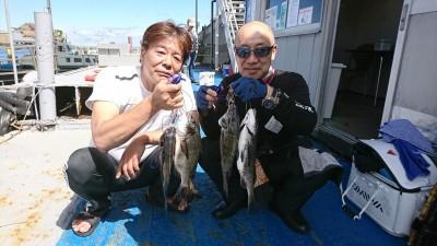 <p>西田様 真田様 旧一文字 落し込み/イガイ ~40.5cm 5枚 ちょっと強引に二人で記念撮影。アタリの数はそれぞれ違ったようですが、釣れてにっこり♪</p>