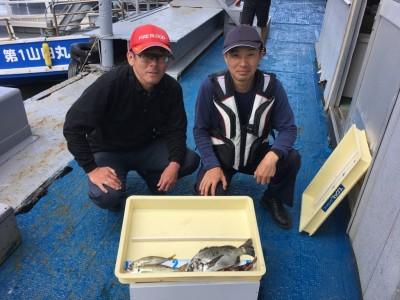 <p>W大塚様 沖の北 中アジ25cmまでを2匹 チヌ32cm ガシラ</p> <p>いいサイズのアジが釣れましたよ♪ その他魚種の釣果もあり賑やかでした。釣果写真へのご協力、ありがとうございます。</p>