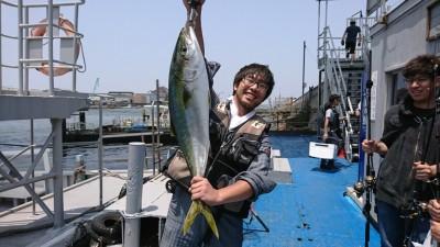 <p>阪井様 沖の北 ショアジギでブリ85cm!7時30分ごろにヒット!</p>