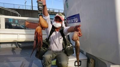 <p>北川様 旧一文字 タコジグ タコ1.38kgと500gGET!</p> <p>新子も釣れだした旧一文字ですが、キロオーバーの良型も釣れましたよ(^-^)岸和田一文字名物のタコ釣り・・一気に始まりそうな気配がプンプンしますねーおめでとうございます!</p>