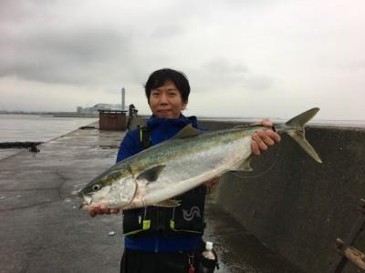 <p>山本様 沖の北 呑ませ釣り/活きアジ ブリ91cm 7kg!!!</p> <p>6/10にブリを釣り上げた山本様が今シーズン2本目のブリをGETされました。持ってますね~♪ 6:00頃にHitしたとの事です。釣果写真へのご協力、ありがとうございます。</p>