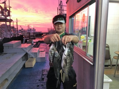<p>愛知県の永田様 旧一文字 落とし込み釣り チヌ39.5cmまでを7枚</p> <p>今日は浮きゴミが多く苦戦されたそうですが、安定して釣果を出されております。いつも遠征して頂き、ありがとうございます。</p>
