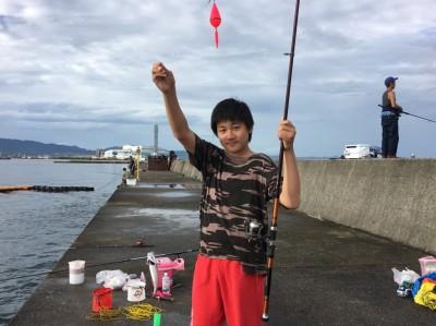 <p>岸和田一文字 朝のリアルタイム! 沖の北 サビキ釣りで中サバが釣れていました。ぽつぽつといった感じでしたが、20cm超えていましたので釣り応えは十分ですね。</p>