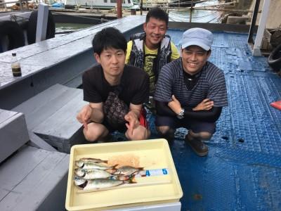 <p>大田様、川口様、須川様 沖の北 ショアジギ ツバス35cmまでを3匹・ウミタナゴ</p> <p>今週の火曜日に釣果確認されたツバスですが、大雨による休船中に消えてなくて良かったです♪ 他のジガーの方も釣っていたとの事なので、今後も期待できますね。釣果写真へのご協力、ありがとうございます。</p>