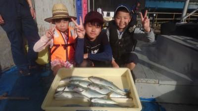 <p>相馬様 沖の北 ルアー/サビキ ツバス大漁!</p> <p>ツバスが本当に安定して釣れています(^-^)釣ったツバスはお子さんが捌いていました!この歳で見事な包丁捌きでしたよ♪お見事!(^^)!</p>