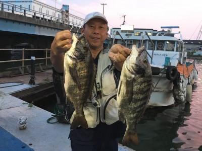 <p>松原様 旧一文字 落とし込み釣り チヌ43cmまでを22枚(リリース20枚)</p> <p>熱盛!な釣果が持ち込まれました。途中、中弛みはあったものの16~19の短時間で爆釣です! タナは1ヒロでアタリも明確だったとの事。落とし込み釣りを十二分に堪能されております。いつも釣果情報提供にご協力頂き、ありがとうございます。</p>