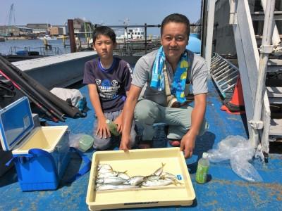 <p>山之内様親子 沖の北 ジグサビキ サゴシ・中サバ・小アジ</p> <p>ジグサビキでは色んな獲物が釣れてますね♪ タチウオも釣られていましたが、リリースされたとの事です。釣果写真へのご協力、ありがとうございます。</p>