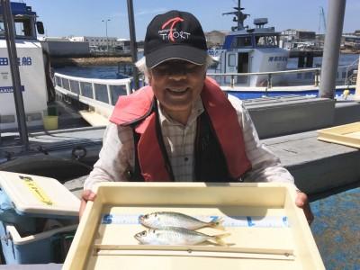 <p>萬谷様 旧一文字(赤灯) サビキ釣り 中アジ2匹</p> <p>満潮から下げに入るタイミングで釣られたの事です。お連れ様も1匹釣られております。釣果写真へのご協力、ありがとうございます。</p>