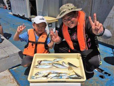 <p>中垣様 沖の北 サビキ釣り 大アジ29cmまでを3匹・小アジ多数・タチウオ</p> <p>台風通過後の状況が気になる所でしたが、アジは順調に釣れてますよ。釣果写真へのご協力、ありがとうございます。</p>