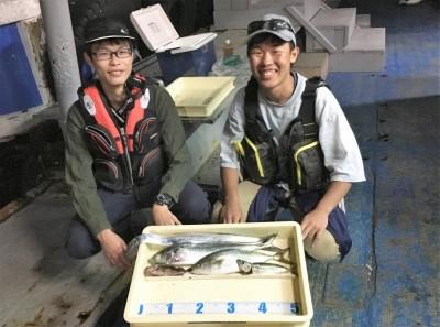 <p>植田様・髙橋様 沖の北 ショアジギ/メタルジグ サゴシ・ツバス・タチウオ・サバ・ガシラ</p> <p>メタルジグで見事に5目達成です! 釣果写真へのご協力、ありがとうございます。</p>