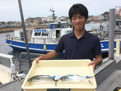 <p>堺市の長谷川様 沖の北 ワインド サゴシ2匹</p> <p>久々にサゴシが釣れましたよ♪ ご友人の皆様は小アジが大漁でした! 釣果写真へのご協力、ありがとうございます。</p>