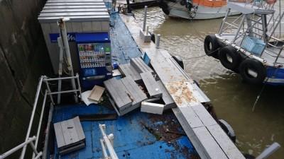 <p>今回の台風により被災されました多くの皆様に心よりお見舞い申し上げます。</p> <p>船に損傷はなさそうですが、桟橋がこのありさまなので9/5は休船させて頂きまして復旧作業させて頂きます。9/6のみ一番船6:00になります。お間違え無きようお願い致します。</p>